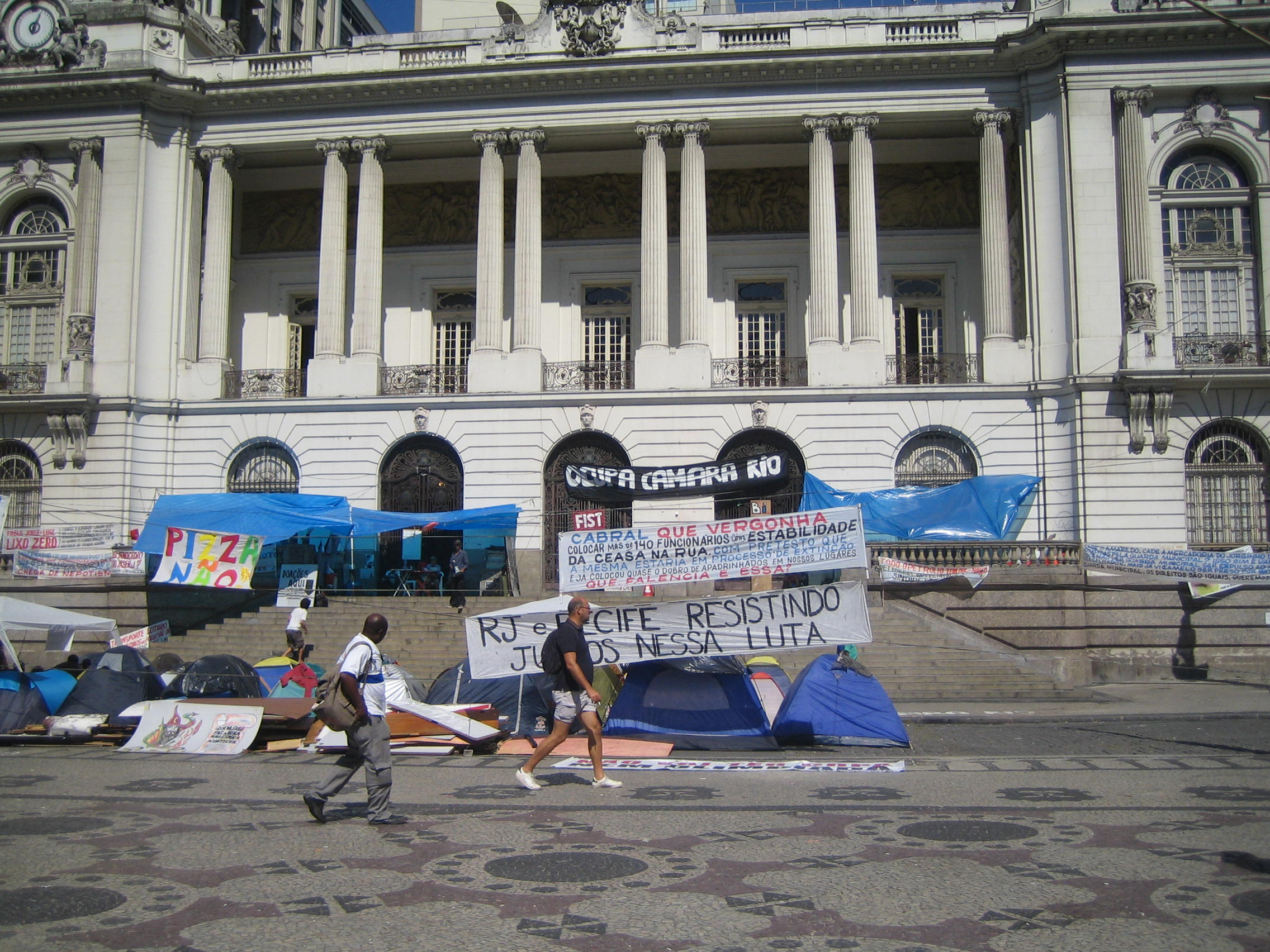 Protesters outside Câmara Municipal